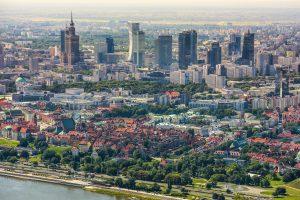 Widok na Warszawę z lotu ptaka: budynki, drzewa, bulwary nad Wisłą, Wisła