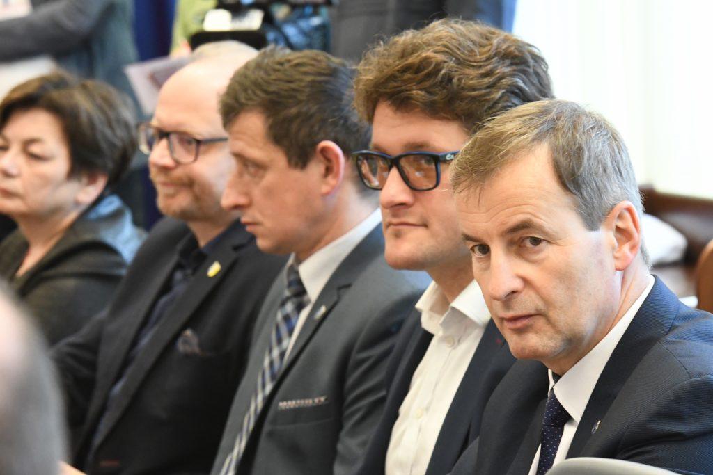 Zdjęcie osób siedzących na spotkaniu.
